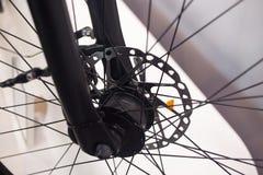 Eje de rueda delantera de la bicicleta Foto de archivo libre de regalías