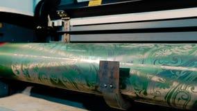 Eje impreso con un modelo abstracto, fábrica para la producción de papel pintado Interior industrial Detalle del metrajes