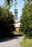 Eje viejo de la mina de carbón con una torre de la explotación minera Imágenes de archivo libres de regalías