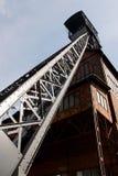 Eje viejo de la mina de carbón de la torre de la explotación minera Foto de archivo libre de regalías