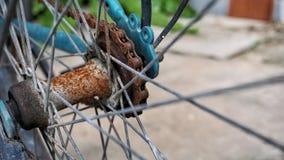 Eje y cadena oxidados de la bicicleta, equipo viejo foto de archivo libre de regalías