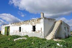 Ejecútese abajo del edificio español viejo en el país Foto de archivo libre de regalías