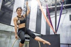 Ejecución acrobática joven de la mujer en aro aéreo Fotos de archivo