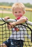 Ejecución adorable del niño pequeño en una red de la práctica Fotos de archivo libres de regalías
