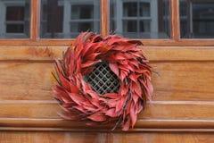 Ejecución al aire libre roja floral de la guirnalda de la Navidad en la puerta de entrada Fotos de archivo