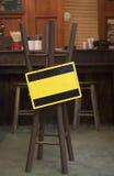 Ejecución amarilla del espacio en blanco de la muestra en una silla Imagenes de archivo