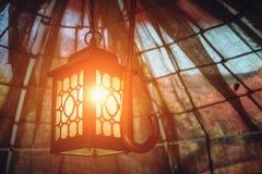 Ejecución antigua de la linterna del vintage debajo de una bóveda del paño en un gazebo del otoño Imagenes de archivo