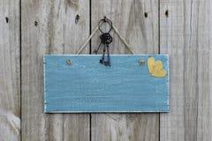 Ejecución azul antigua de la muestra en la puerta de madera con los corazones y las llaves del hierro Fotografía de archivo libre de regalías