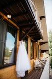 Ejecución blanca del vestido de boda en el balcón Imagen de archivo