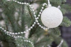 Ejecución brillante blanca en el árbol de navidad, tono suave de la decoración de la bola imagen de archivo