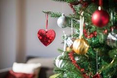 Ejecución brillante del corazón en árbol de navidad Imagen de archivo libre de regalías