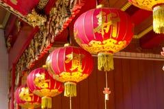 Ejecución china de la linterna del Año Nuevo en templo chino Fotos de archivo