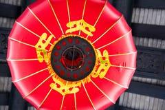 Ejecución china roja de la linterna del techo Imagenes de archivo