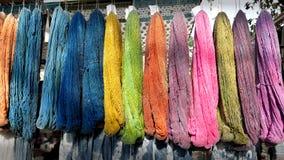 Ejecución colorida del algodón crudo en un estante Foto de archivo libre de regalías