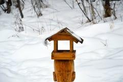 Ejecución curvada del carámbano del tejado del alimentador del pájaro El heraldo de la primavera Imagen de archivo libre de regalías