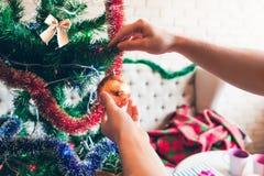 Ejecución de adornamiento de oro de la bola en el árbol de navidad Foto de archivo libre de regalías