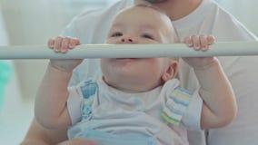 Ejecución de ayuda del bebé del padre almacen de metraje de vídeo
