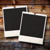 Ejecución de dos Polaroid en fondo de madera Fotos de archivo libres de regalías