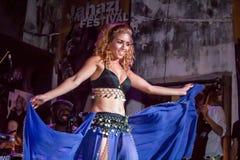 Ejecución de la bailarina de la danza del vientre Imagenes de archivo