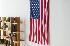 Ejecución de la bandera americana en la pared dentro stock de ilustración
