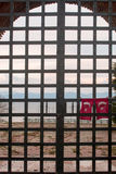Ejecución de la bandera de Turquía en las puertas cerradas Fotos de archivo libres de regalías