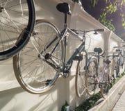 Ejecución de la bicicleta en la pared con la llamarada del sol Imagenes de archivo