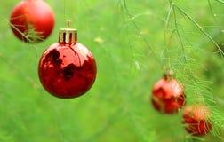 Ejecución de la bola de la Navidad en el árbol Foto de archivo