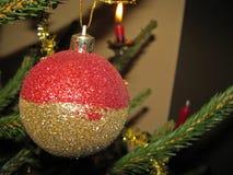 Ejecución de la bola de la Navidad en el árbol Fotos de archivo libres de regalías