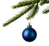 Ejecución de la bola de la Navidad en la rama aislada en blanco Imagen de archivo
