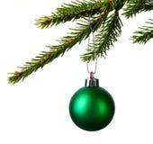 Ejecución de la bola de la Navidad en la rama aislada en blanco Fotografía de archivo libre de regalías