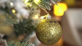 Ejecución de la bola de la Navidad en árbol de abeto almacen de metraje de vídeo