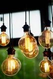 Ejecución de la bombilla de Edison en un alambre largo Luz ámbar caliente acogedora retro Imágenes de archivo libres de regalías