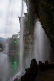 Ejecución de la cascada en el acantilado Foto de archivo