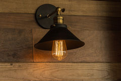 ejecución de la lámpara de la Viejo-moda en la pared de madera Imagenes de archivo