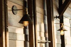 ejecución de la lámpara de la Viejo-moda en la pared de madera Imagen de archivo