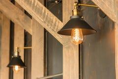 ejecución de la lámpara de la Viejo-moda en la pared de madera Fotos de archivo libres de regalías