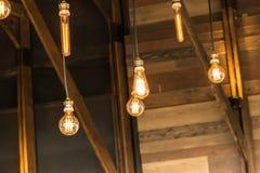 ejecución de la lámpara de la Viejo-moda en la pared de madera Fotografía de archivo libre de regalías
