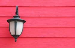 Ejecución de la lámpara en la pared de madera Imagenes de archivo
