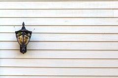 Ejecución de la lámpara en la pared de madera Foto de archivo libre de regalías