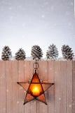 Ejecución de la linterna de la estrella en la cerca de madera Foto de archivo libre de regalías