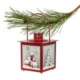 Ejecución de la linterna de la Navidad en la rama spruce, aislada en un blanco Imagen de archivo