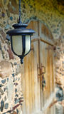 Ejecución de la linterna en la pared de la casa vieja Foto de archivo