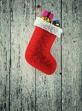 Ejecución de la media de la Navidad contra la pared de madera 3d rinden Foto de archivo