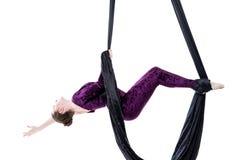 Ejecución de la mujer en la seda aérea, aislada en blanco Imagen de archivo libre de regalías