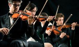 Ejecución de la orquesta del violín imagen de archivo libre de regalías