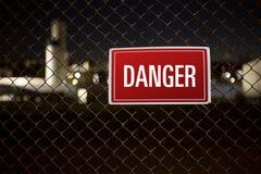 Ejecución de la señal de peligro del peligro en una cerca que guarda soldado Imagenes de archivo