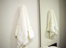 Ejecución de la toalla en cuarto de baño Fotos de archivo libres de regalías