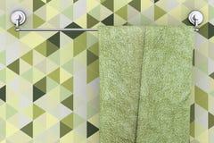 Ejecución de la toalla en el nuevo estante largo del tenedor de la toalla del acero inoxidable en a stock de ilustración
