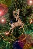Ejecución de los ciervos de la decoración de la Navidad en el árbol de navidad Foto de archivo