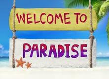 Ejecución de madera colorida del poste indicador en una playa tropical foto de archivo libre de regalías